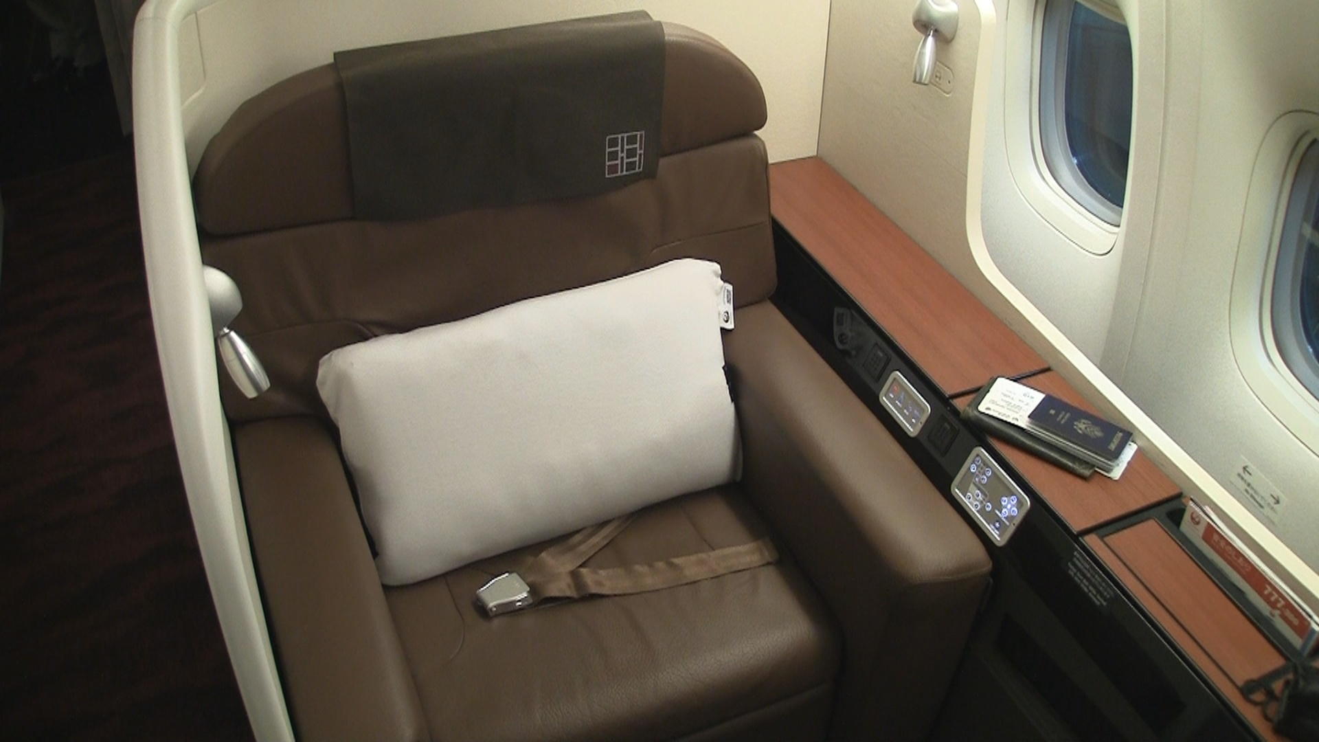 Japan Airlines Review (Video) | 777-300 First Class Seat ...